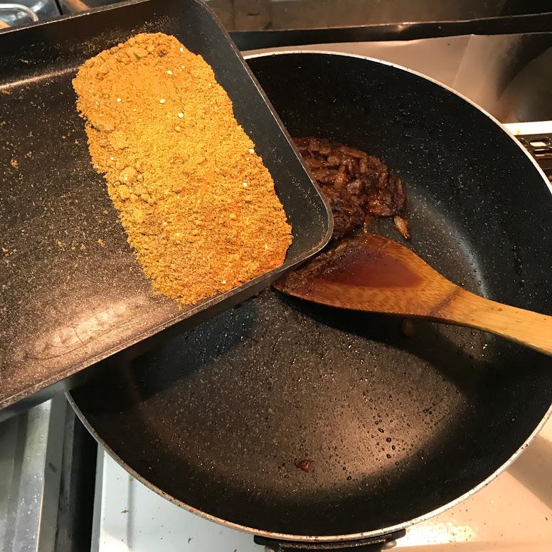 カレー粉を入れる