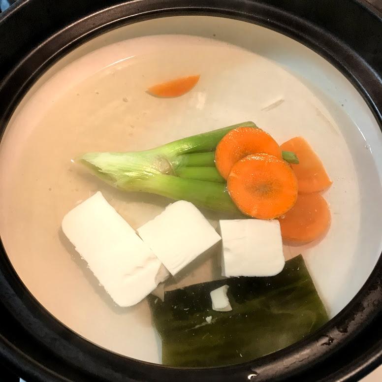 固めの野菜などを入れる