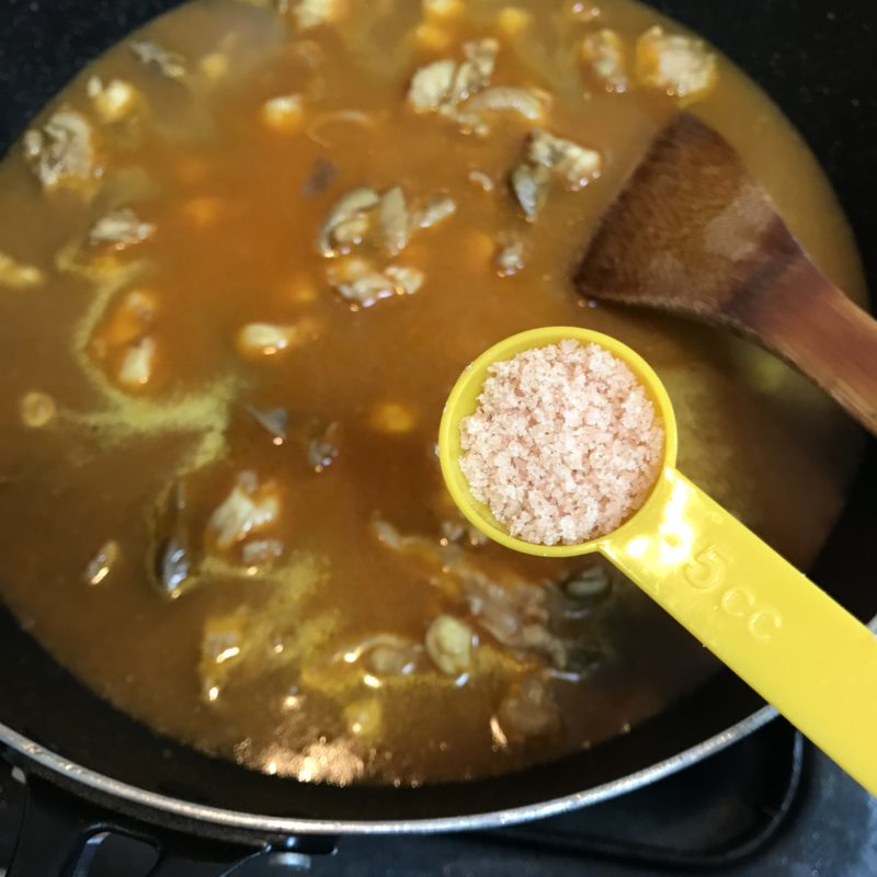 出汁と塩を入れてひと煮立ち