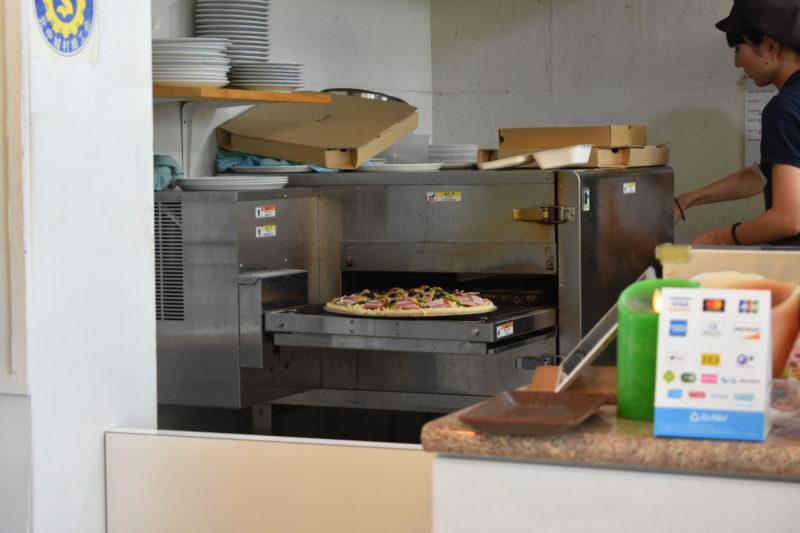 ピザが焼かれている