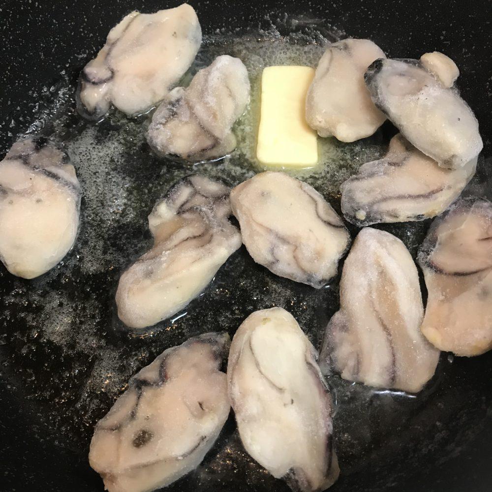 バターで牡蠣をソテー