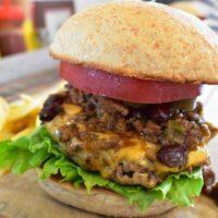 牛肉100%パティを受け止める白焼きバンズが美味しいハンバーガー