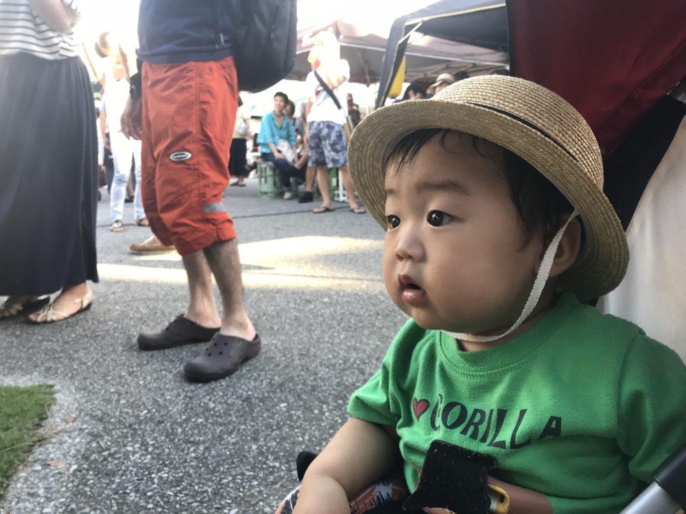 カラオケ大会に夢中な息子