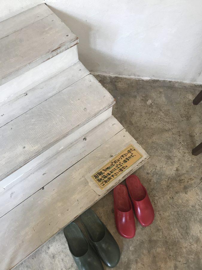 座敷席は靴を脱いで