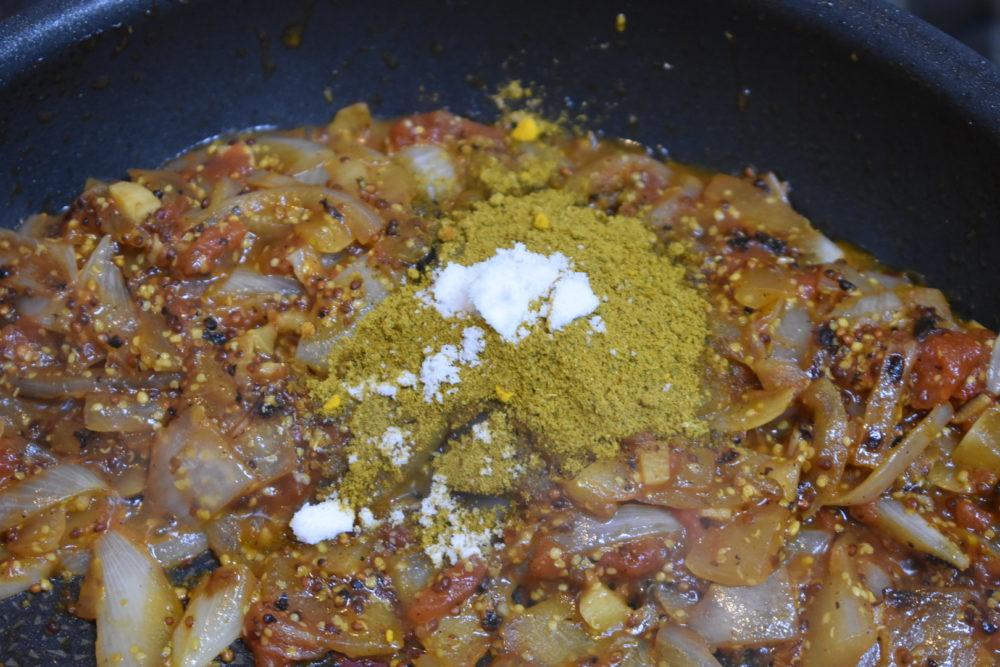 カレー粉と塩をいれる