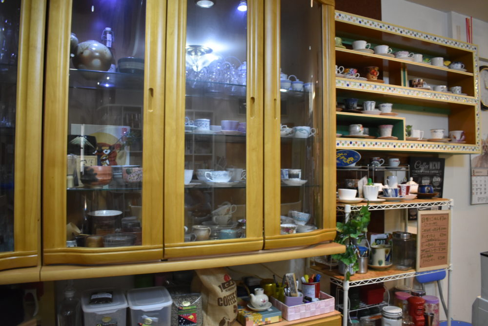実家感ある食器棚