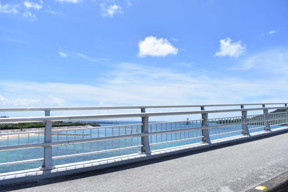 瀬底大橋を渡る