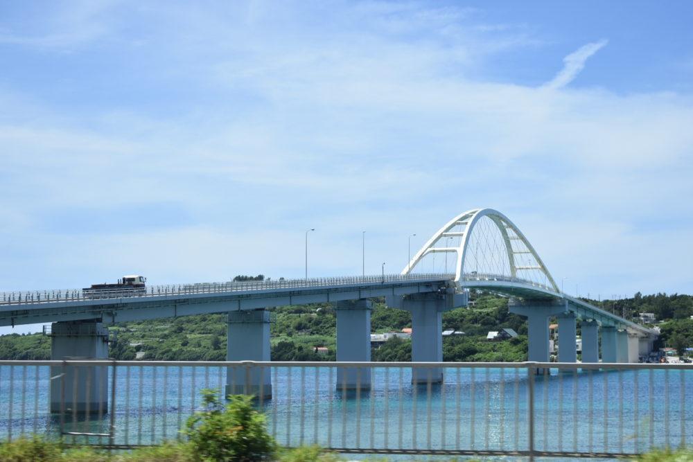 瀬底大橋がみえる