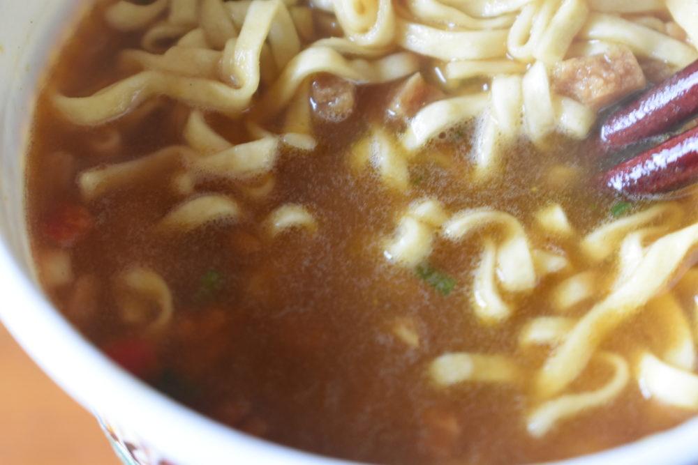 スープを混ぜる