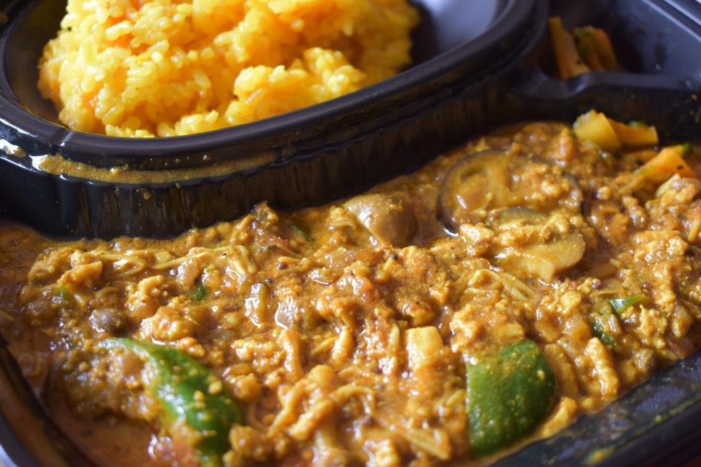 3種キノコと鶏ひき肉のカレー+おまかせ野菜2種