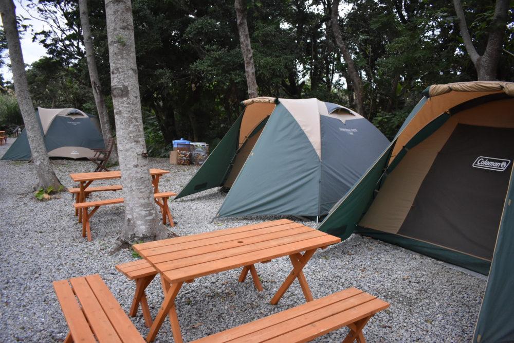 テント前にはテーブルと椅子も