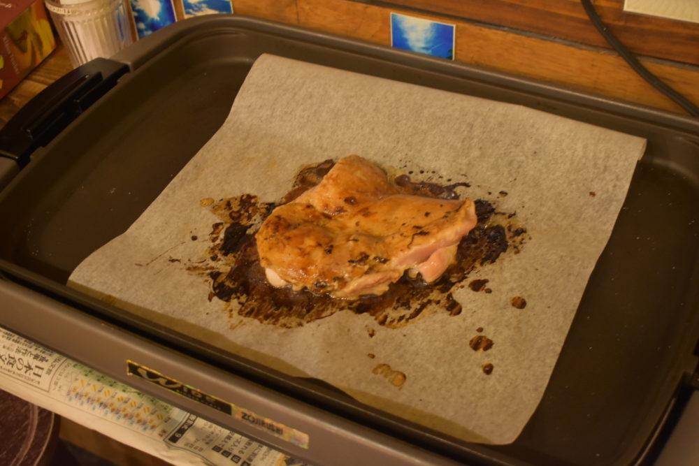 ホットプレートで肉を焼く