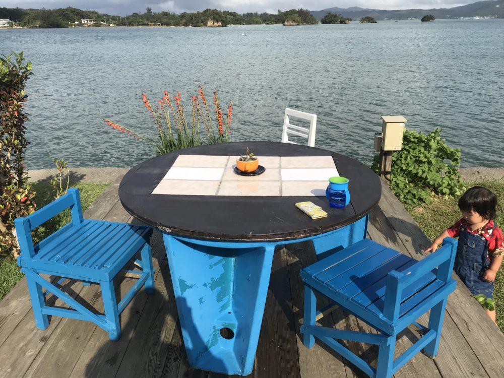デッキに椅子とテーブル