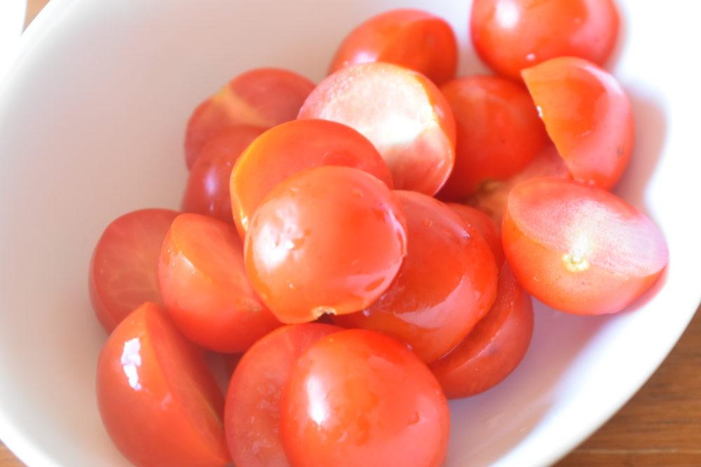 トマトを半分に