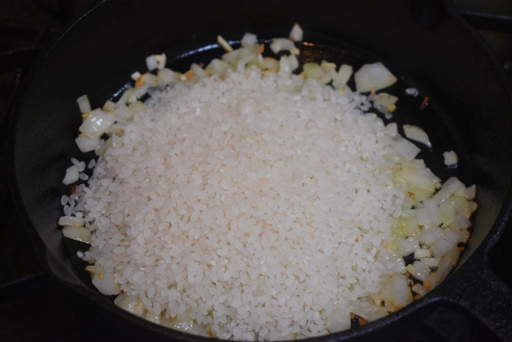 生米をいれて炒める