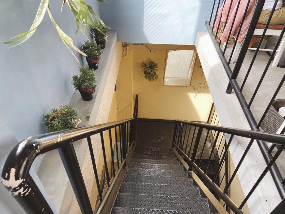 階段を降りて