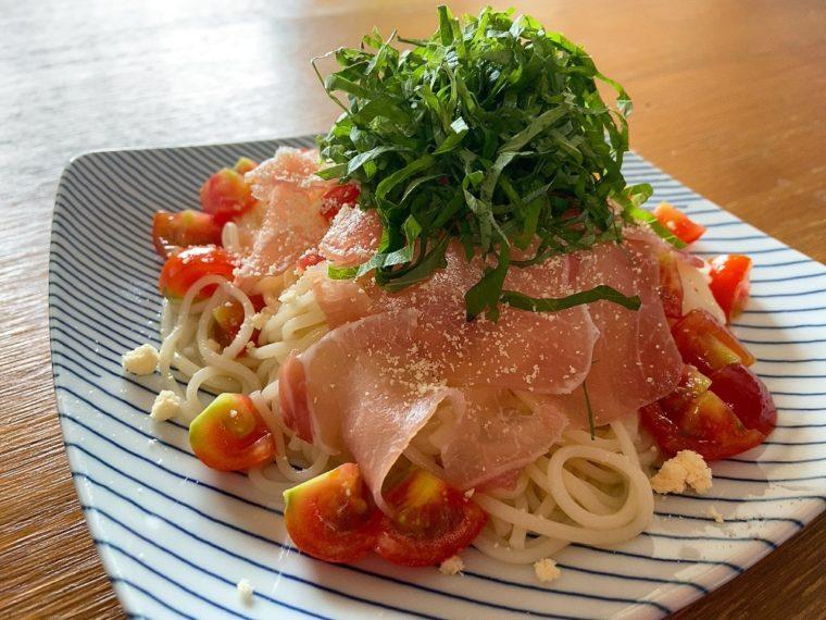 半田めんの生ハムとトマトの冷製パスタ