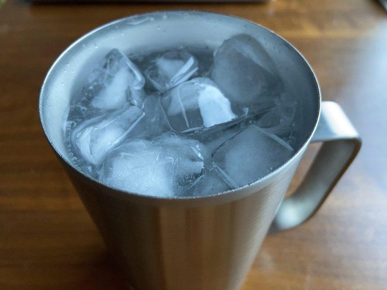 氷を入れる
