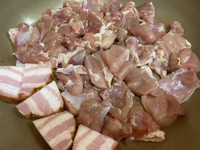 鶏肉とベーコンを炒める